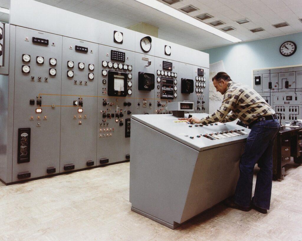 control-room-1782196_1280-1024x819